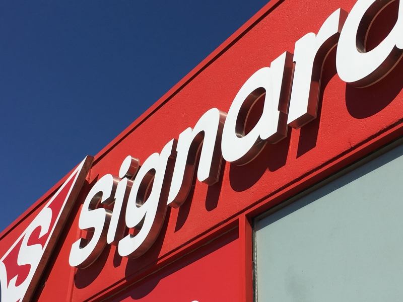 4 Key Factors to Consider When Choosing Sign Makers for Your Business